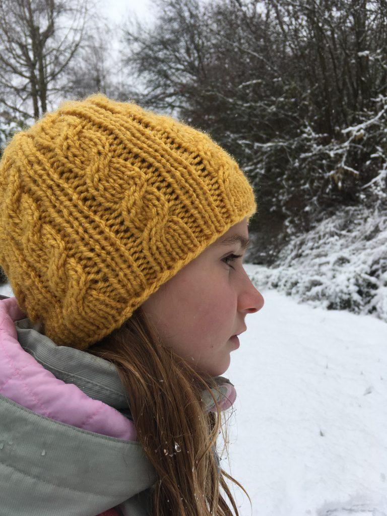 bonnet enfant torsades jaune tricote en rond