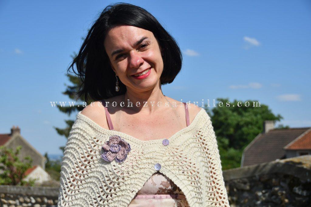 cape en tricot vagues et fleur en crochet pour mariage