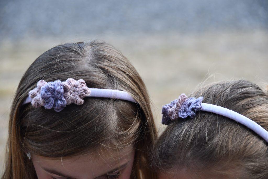 serre tête lavande fleurs en crochet pour mariage