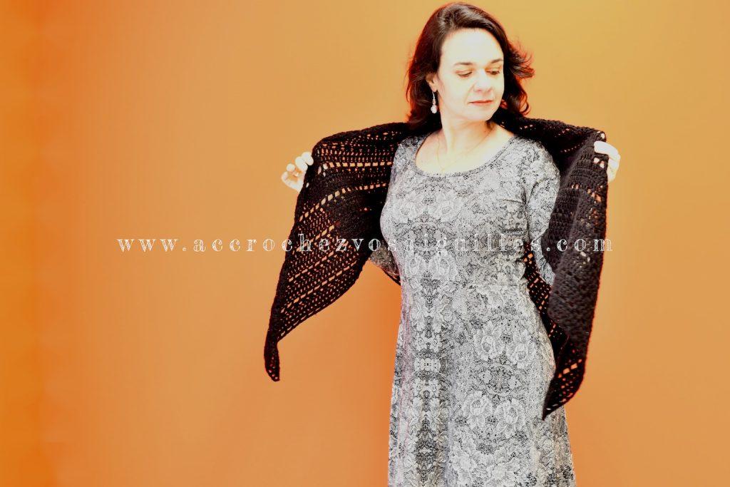 Le Châle Claudia en crochet noir et robe Mia en jersey viscose (3)