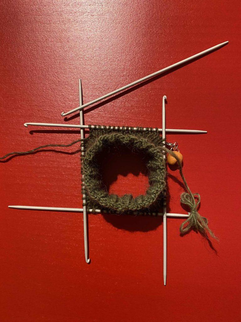 tricot des chaussettes avec des aiguilles portugaises